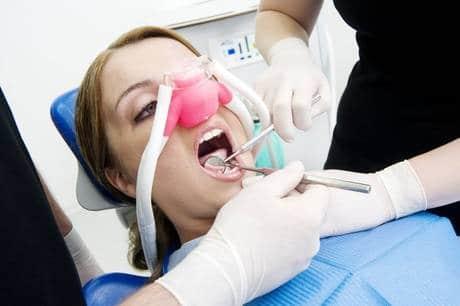 Zahnarzt-Behandlung mit Lachgas