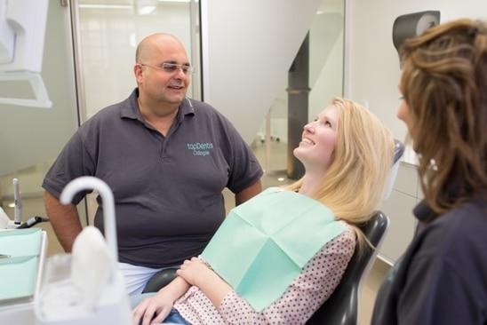 Patient und Zahnarzt im Behandlungszimmer