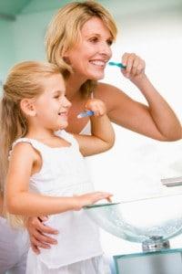 Mutter und Tochter beim Zähneputzen